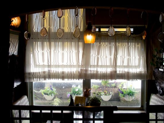 純喫茶不二家・ライトとカフェカーテン