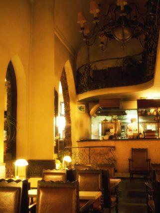 広島市中区の喫茶店「中村屋」の教会のような内装