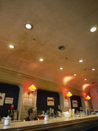 大和高田・喫茶グランプリのカウンターと天井
