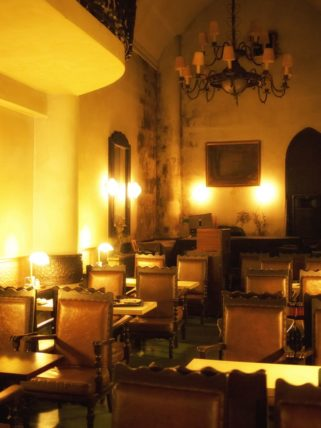 広島市中区の喫茶店「中村屋」の教会のような店内