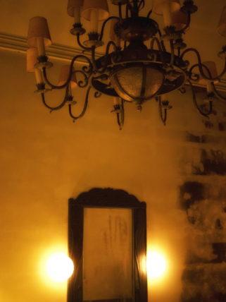 広島市中区の喫茶店「中村屋」のシャンデリアと鏡