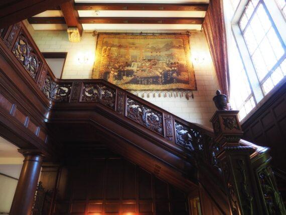 旧乾邸・階段とタペストリー