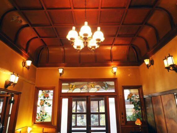 島原・きんせ旅館の天井とステンドグラス