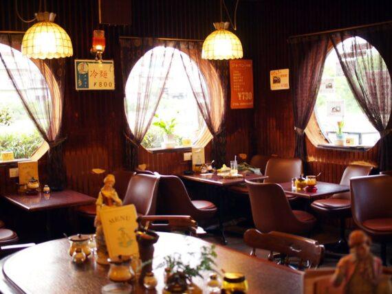 マリ亞ンヌ・丸窓とテーブル