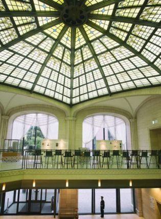 大同生命ビルの天井ステンドグラス