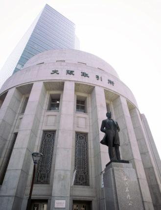 大阪証券取引所ビルと五代友厚像