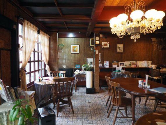 門司港・喫茶リバーの日の当たる内装