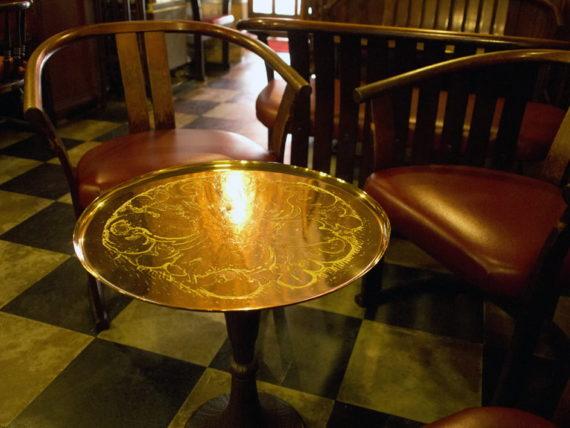 花の木・お盆のテーブル