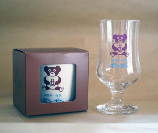 ボンボンのグラスとマグカップ