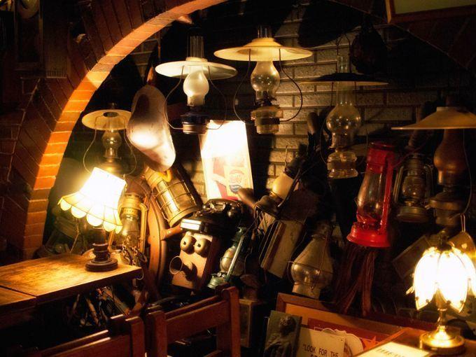 倉敷市の純喫茶・西洋乞食の店内に飾られたランプ