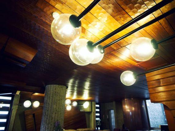 ぎおん石喫茶室の突き出すランプ