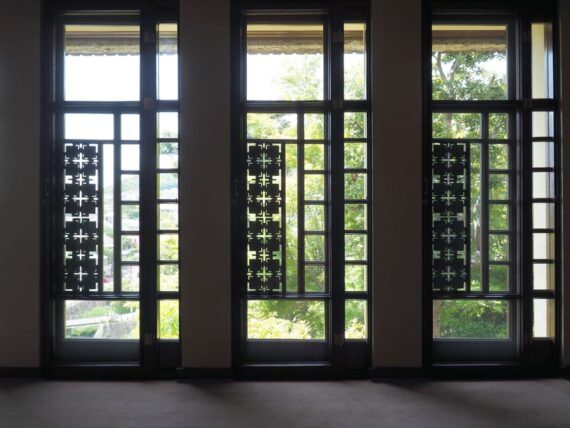 ヨドコウ迎賓館・渡り廊下の窓
