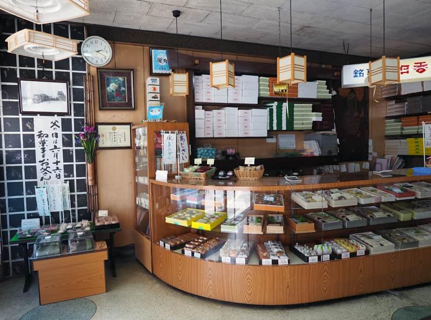 明日香菓舗のカウンター