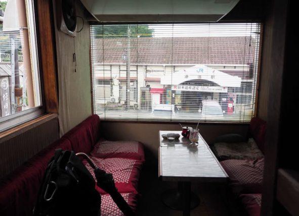 珈琲館シャルムの奥の席からは湯浅駅が見える