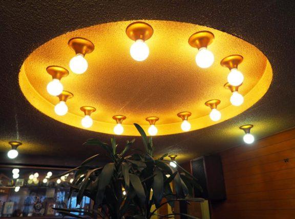 喫茶モナミのUFOのような照明