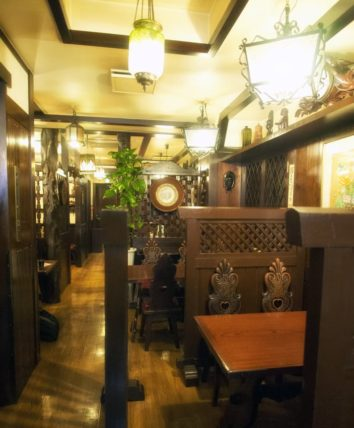 神戸・欧風料理もんの2階客席縦写真