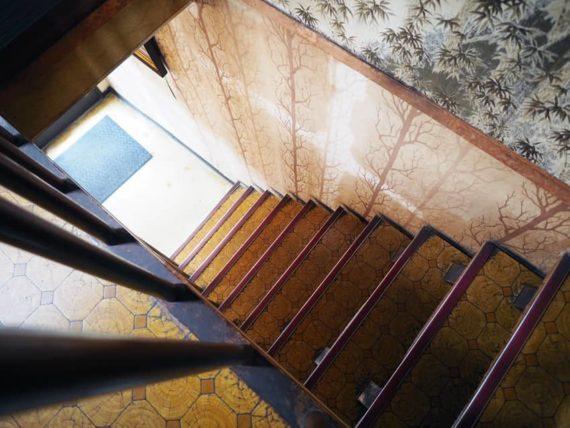 珈琲館シャルムの階段を二階から見下ろす