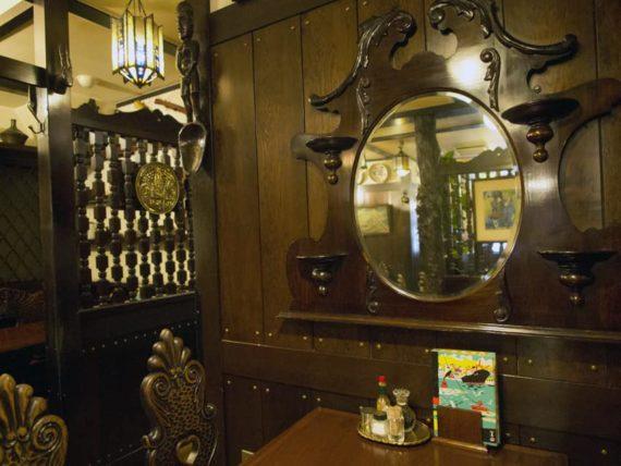 欧風料理もんの鏡が飾られた客席