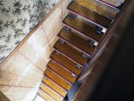珈琲館シャルムの階段を上から見たら