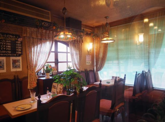 喫茶アムールの店内窓側