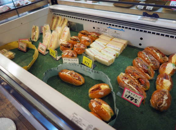 太陽堂のショーケースの中のパン