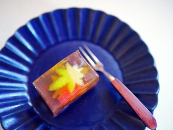 七條甘春堂・紅葉かさねを皿に一切れ