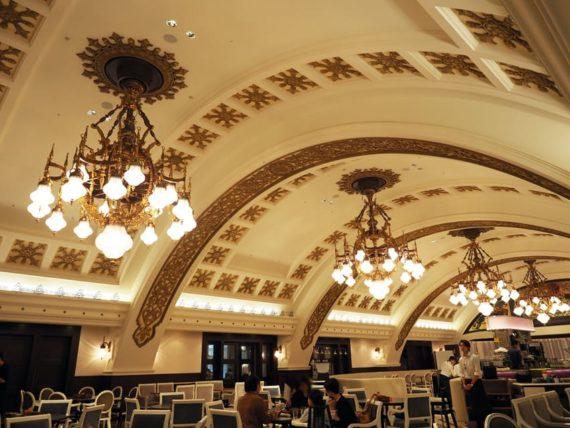シャンデリアテーブルのドーム状天井