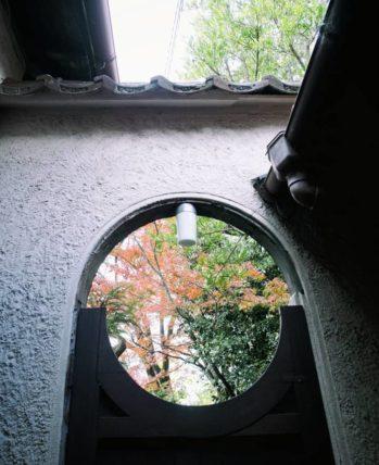 駒井家住宅の紅葉が見られる扉