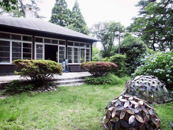 庭から見たヴォーリズ六甲山荘