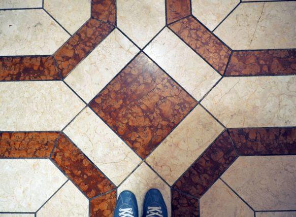 シャンデリアテーブルの床