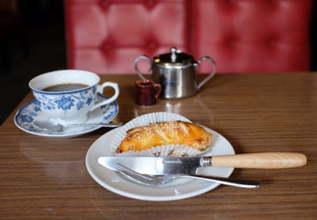 名曲&珈琲ひまわりのアップルパイとコーヒー
