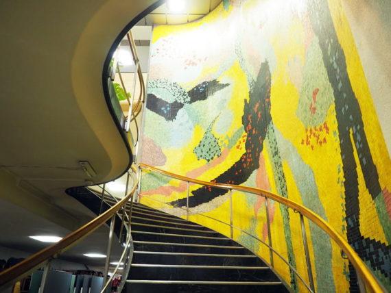 輸出繊維会館の階段
