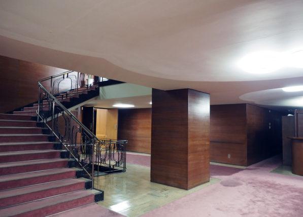 輸出繊維会館の西側階段をロビーから