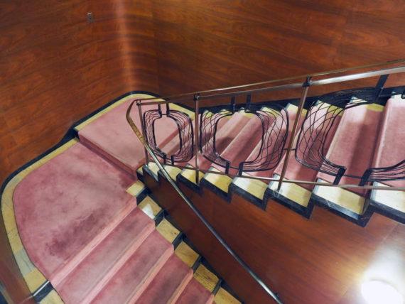 輸出繊維会館の西側階段