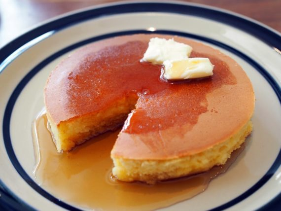 喫茶月森のホットケーキとシロップ