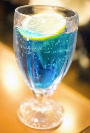 アラビヤコーヒーの青いソーダ