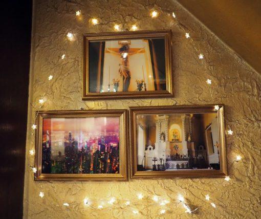 コーヒーサロンチロルの壁に飾られた写真