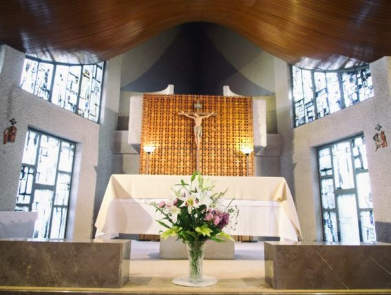 カトリック宝塚教会・イエスと十字架