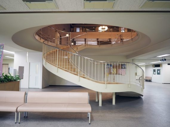 宝塚市庁舎内階段地下1階から