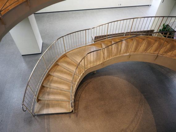 宝塚市庁舎内階段を見下ろす
