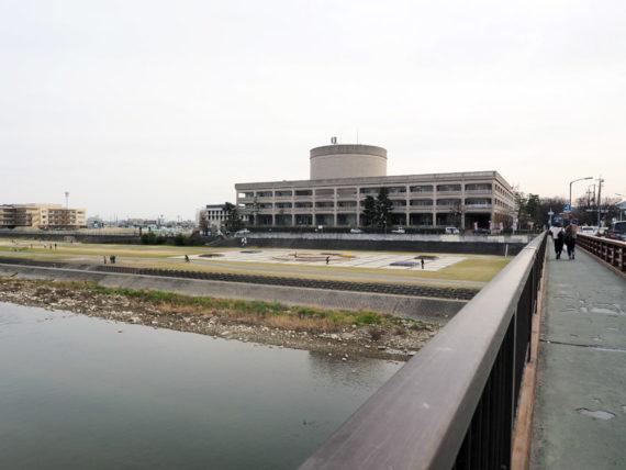宝塚新大橋から見た宝塚市庁舎