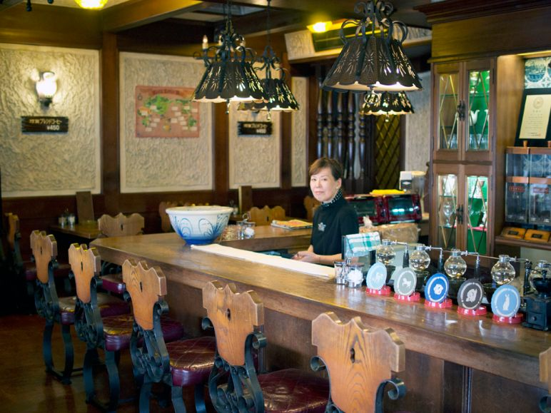 珈琲館乃亜のカウンターとママ