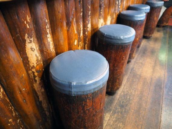 喫茶山荘の切り株椅子