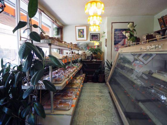 田辺ベーカリーの店内全景