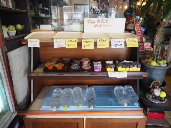 喫茶パルの手作りサンド陳列棚