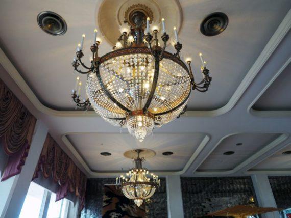 ホテルニューアカオ・ロビーのシャンデリア