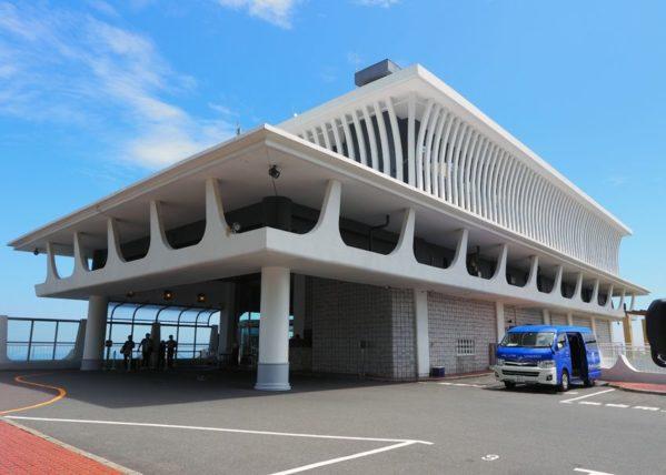 錦ヶ浦に建つホテルニューアカオ