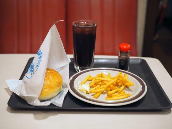 ティールームキャノン・ハンバーガーとポテトとジュース