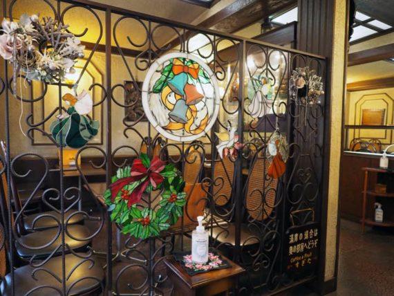 コーヒー&パーラーすぎた・入口のステンドグラス