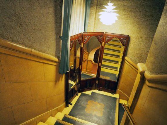 東華菜館・階段2